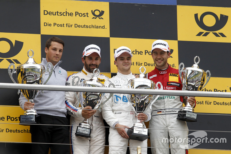Подіум гонки 1: переможець гонки Лукас Ауер, друге місце Тімо Глок, третє місце Майк Роккенфеллер
