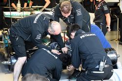 Mecánicos de Mercedes trabajan en el Mercedes-Benz F1 W08 de Lewis Hamilton