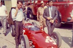 Clay Regazzoni mira el Ferrari 156 de Giancarlo Baghetti durante los ensayos