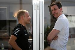 Гонщик Mercedes AMG F1 Валттери Боттас и руководитель команды Тото Вольф