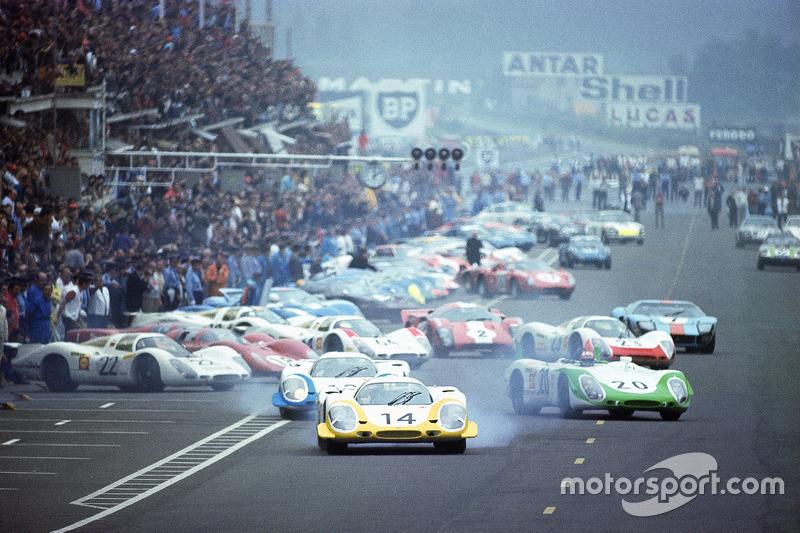 آخر الانطلاقات الحقيقية لسباق لومان: جميع السائقين يركضون باتجاه سياراتهم مع رولف ستوميلين، بورشه 917 في الصدارة، يتلوه فيك إلفورد وجو سيفيرت خلف مقود بورشه، سباق لومان 24 ساعة لموسم 1969.