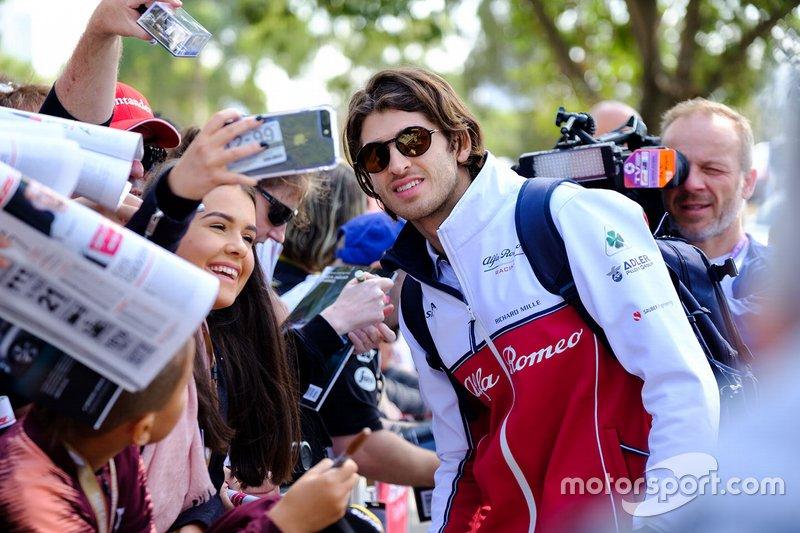 Antonio Giovinazzi, Alfa Romeo Racing, firma autografi ai tifosi