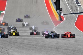 Kimi Raikkonen, Ferrari SF71H and Lewis Hamilton, Mercedes-AMG F1 W09 battle at the start of the race