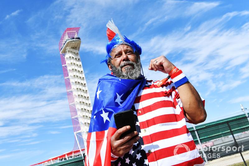 Un fan avec un drapeau américain