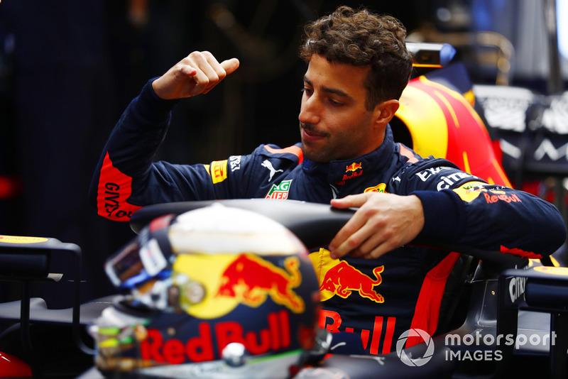 Daniel Ricciardo, Red Bull Racing RB14, monte dans le cockpit de sa monoplace