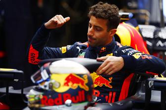 Daniel Ricciardo, Red Bull Racing RB14, climbs into the cockpit of his car