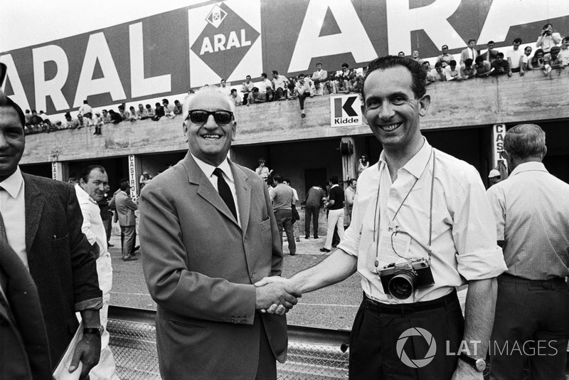 John Blunsden stringe la mano a Enzo Ferrari