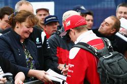 Кими Райкконен, Ferrari, раздает автографы болельщикам