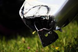 Поврежденный носовой обтекатель на машине Mercedes AMG F1 W07 Hybrid Нико Росберга, Mercedes AMG F1