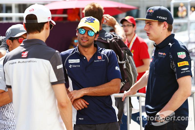 Esteban Gutiérrez, Haas F1 Team, Felipe Nasr, Sauber F1 Team y Max Verstappen, Red Bull Racing en el desfile de pilotos