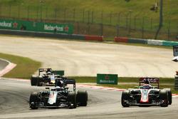 Фернандо Алонсо, McLaren MP4-31 и Ромен Грожан, Haas F1 Team VF-16