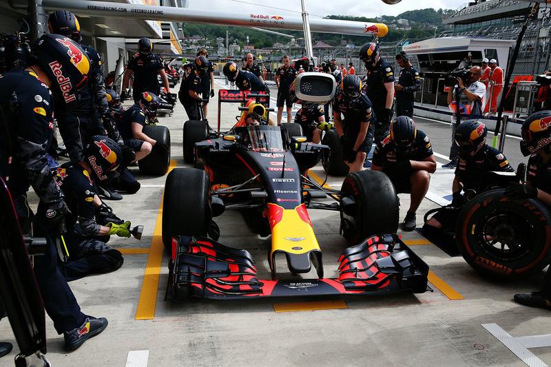 Daniel Ricciardo, Red Bull Racing RB12 met het aeroscreen in de pits