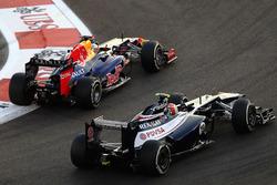 Sebastian Vettel, Red Bull Racing RB8 pasa a Bruno Senna, Williams FW34