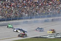 Crash: Jamie McMurray, Chip Ganassi Racing Chevrolet, Erik Jones, Furniture Row Racing Toyota, Jeffr