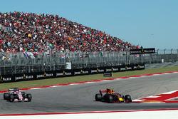 Max Verstappen, Red Bull Racing RB13, Esteban Ocon, Sahara Force India VJM10