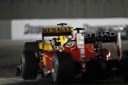 Vitaly Petrov, Renault R30, por delante de Fernando Alonso, Ferrari F10