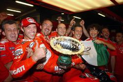 Loris Capirossi fête la première victoire de Ducati