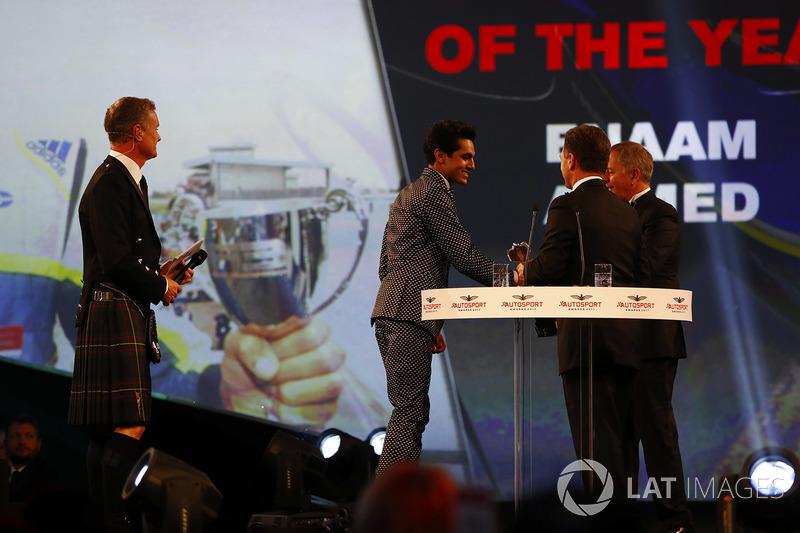 Enaam Ahmed recibe el premio de manos de Christian Horner y Martin Brundle