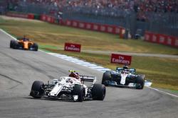Charles Leclerc, Sauber C37, Lewis Hamilton, Mercedes AMG F1 W09
