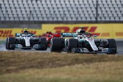 Lewis Hamilton, Mercedes AMG F1 W09, delante de Valtteri Bottas, Mercedes AMG F1 W09, y Kimi Raikkonen, Ferrari SF71H