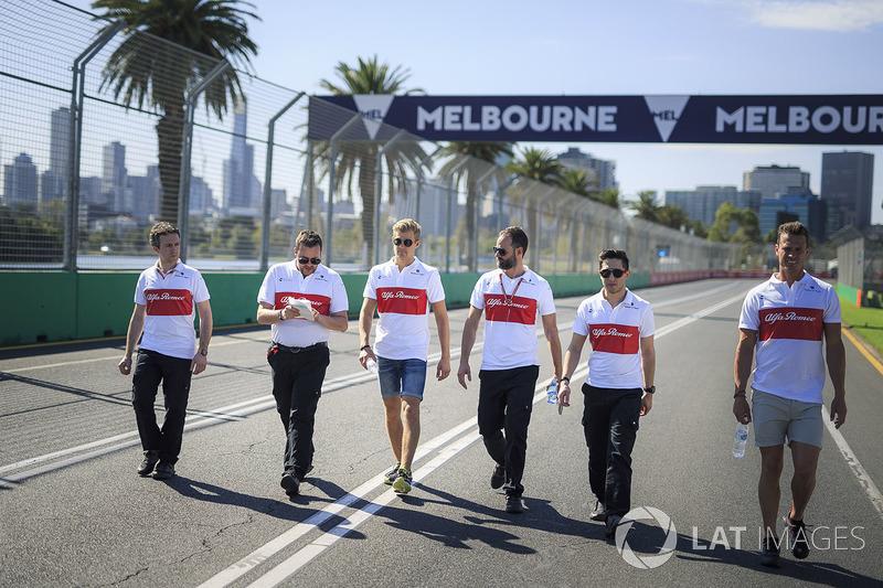 Marcus Ericsson, Alfa Romeo Sauber F1 Team, cammina lungo il circuito