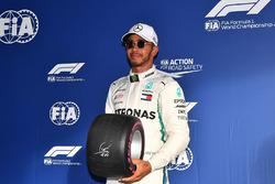Pole sitter Lewis Hamilton, Mercedes-AMG F1 in parc ferme