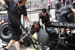Механик Haas во время пит-стопа