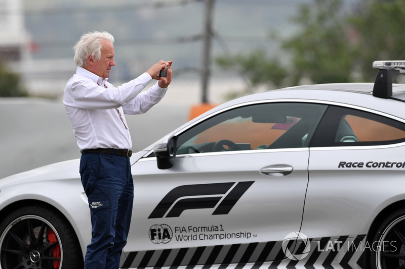 Charlie Whiting, Perwakilan FIA, mengamati tempat kecelakaan Brendon Hartley saat FP3