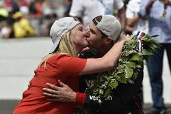 Will Power, Team Penske Chevrolet et Liz Power fêtent la victoire sur la ligne de briques