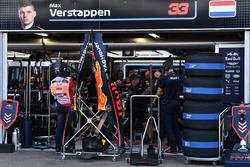 Les mécaniciens Red Bull travaillent sur la voiture de Max Verstappen, Red Bull Racing RB14
