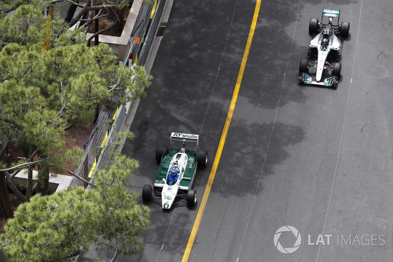 Keke Rosberg, campeón del mundo en 1982, y su hijo Nico Rosberg, campeón del mundo en 2016, superan el circuito en sus autos ganadores del campeonato
