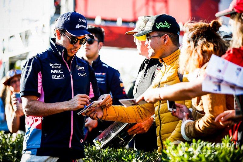 Sergio Perez, Racing Point, firma autografi ai tifosi