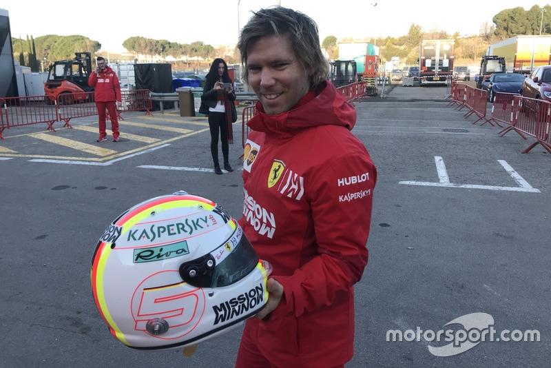 Antti Kontsas con el casco de Sebastian Vettel