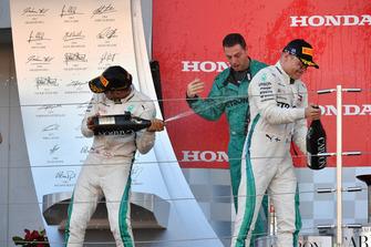 Lewis Hamilton, Mercedes AMG F1, Matt Deane, Chief Mechanic Mercedes AMG F1 e Valtteri Bottas, Mercedes AMG F, sul podio con lo champagne