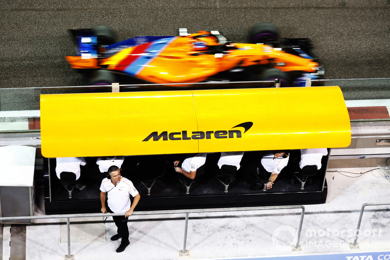 Gil de Ferran, Director Deportivo de McLaren, observa el foso mientras Fernando Alonso, McLaren MCL33, pasa a la pista.