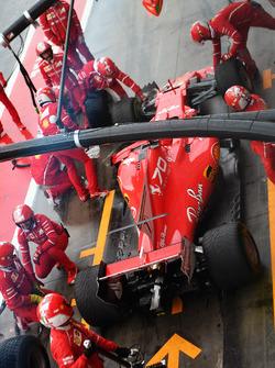 Kimi Raikkonen, Ferrari SF70H pit stop