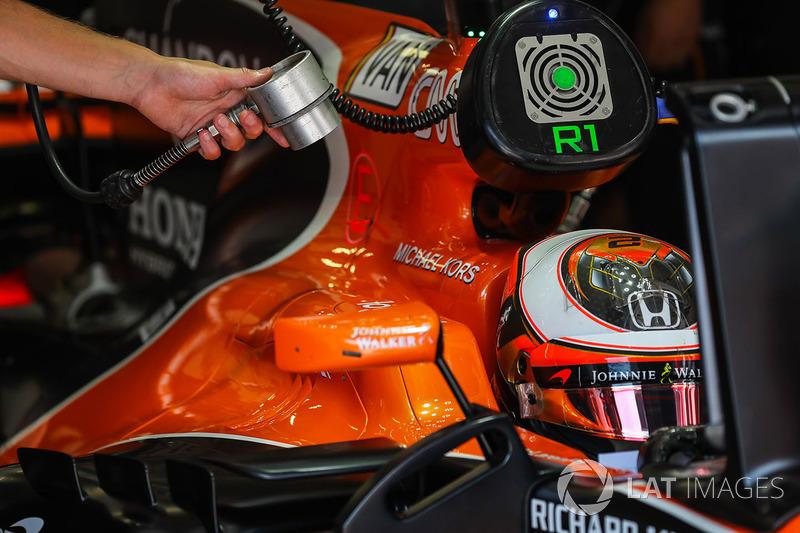 Охолоджувальний повітродув димає на Стоффеля Вандорна, McLaren MCL32