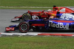 Pierre Gasly, Scuderia Toro Rosso STR12 battles, Sebastian Vettel, Ferrari SF70H