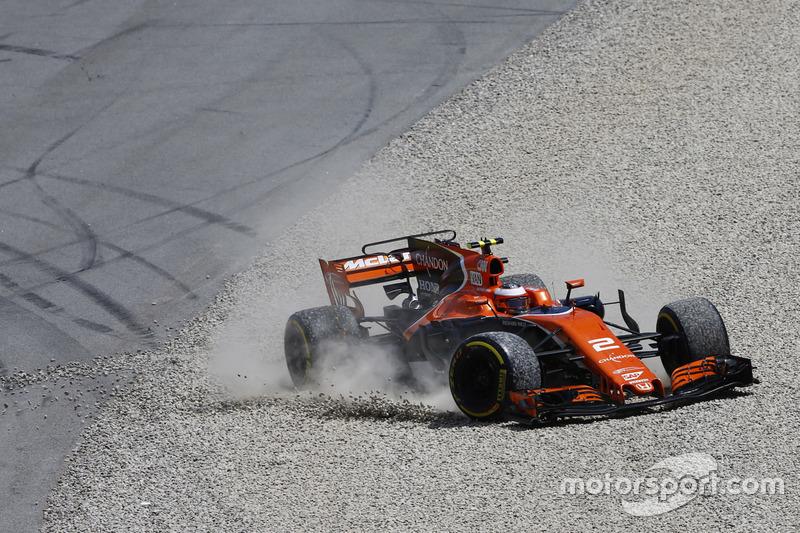 Stoffel Vandoorne, McLaren MCL32, tras una salida de pista