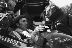 Derek Bell, Surtees TS7-Ford; John Surtees, Teamchef