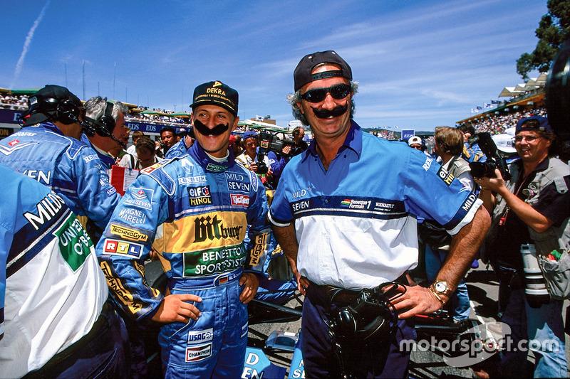 Schumacher en teambaas Flavio Briatore zijn ontspannen op de startgrid