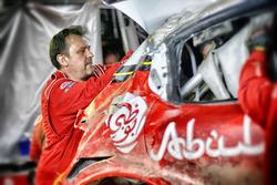 Механики Citroën World Rally Team восстанавливают разбитый C3 WRC Криса Мика