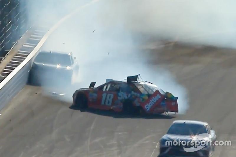 Crash: Kyle Busch, Joe Gibbs Racing Toyota; Martin Truex Jr., Furniture Row Racing Toyota (Screenshot)