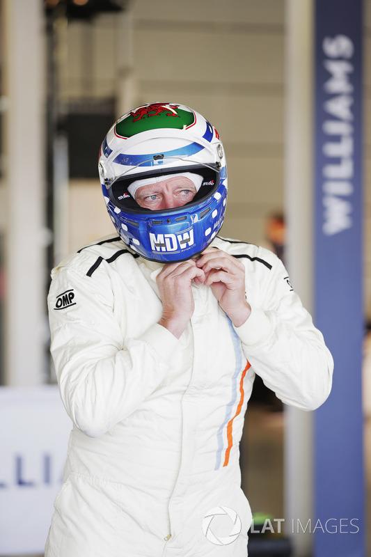 Марк Хазелл готується до виїзду на Williams FW07B Карлоса Ройтеманна
