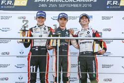 Подиум новичков: Ландо Норрис (победитель), Саша Фенестраз (второе место) и Габриэль Обри (третье место)