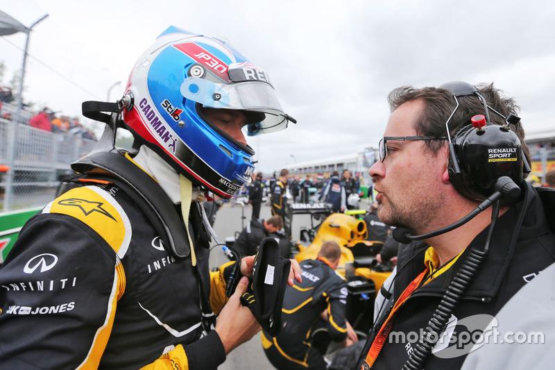 (Зліва направо): Джоліон Палмер, Renault Sport F1 Team та Жюльєн Симон - Шотан, гоночний інженер Renault Sport F1 Team  на стартовій решітці