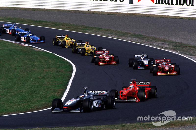No Japão 1999, corrida que lhe deu o bi, Mika também largou em segundo, mas superou Michael Schumacher para vencer