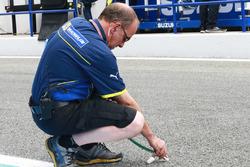 Ingeniero de Michelin toma la temperatura de la pista