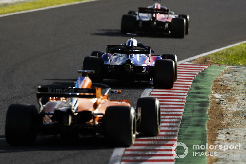Brendon Hartley, Toro Rosso STR13, y Fernando Alonso, McLaren MCL33