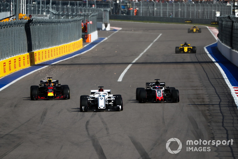 Marcus Ericsson, Sauber C37, lidera a Romain Grosjean, Haas F1 Team VF-18, y Daniel Ricciardo, Red Bull Racing RB14